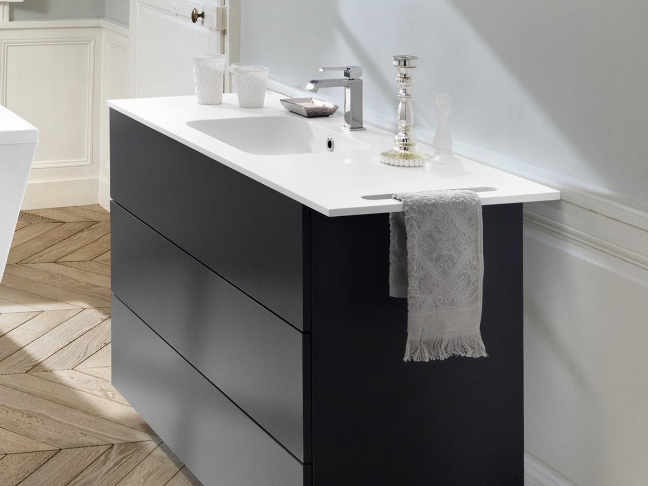 salle de bains noire et blanche schmidt